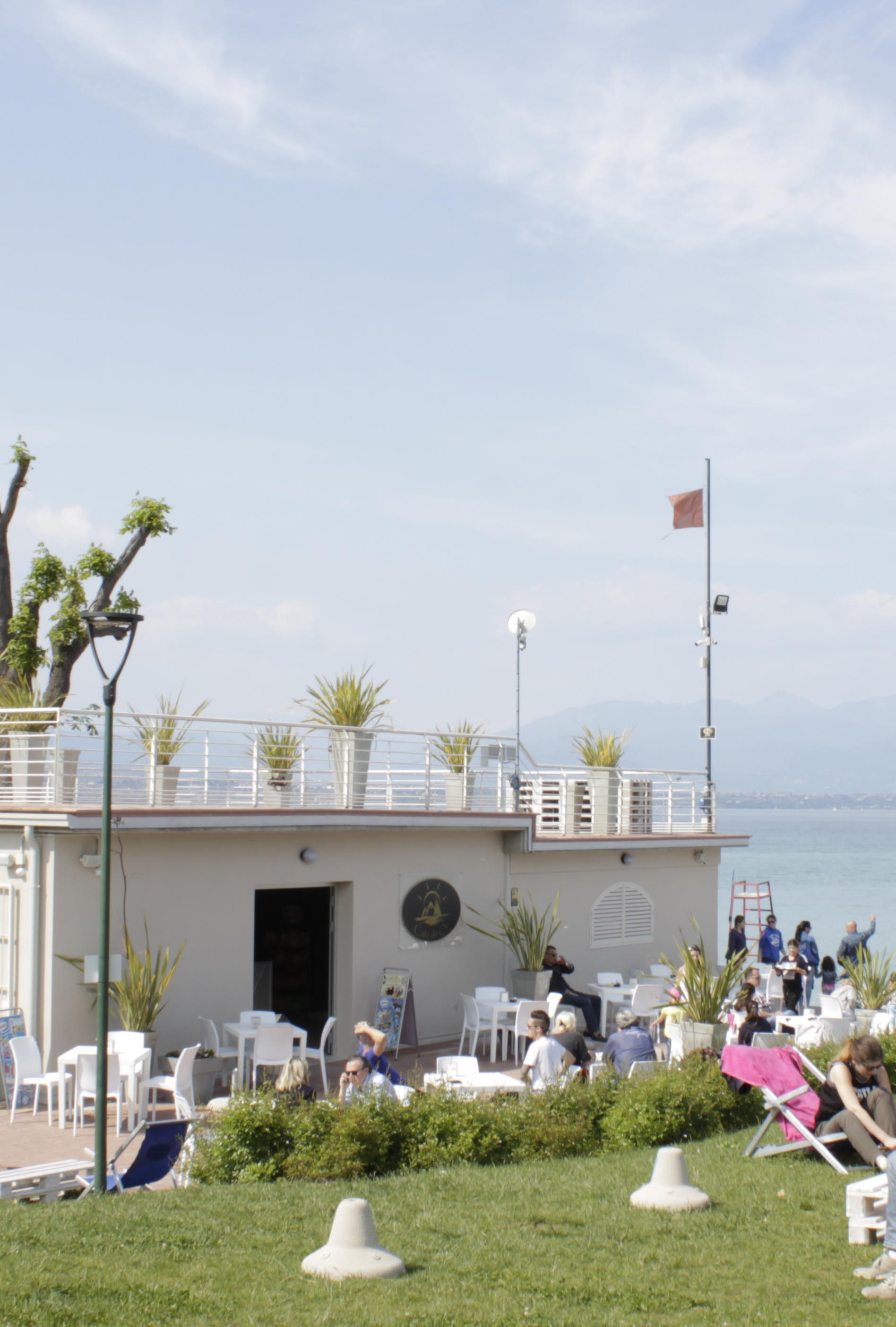 ombrelloni noleggio desenzano del garda spiaggia d'oro