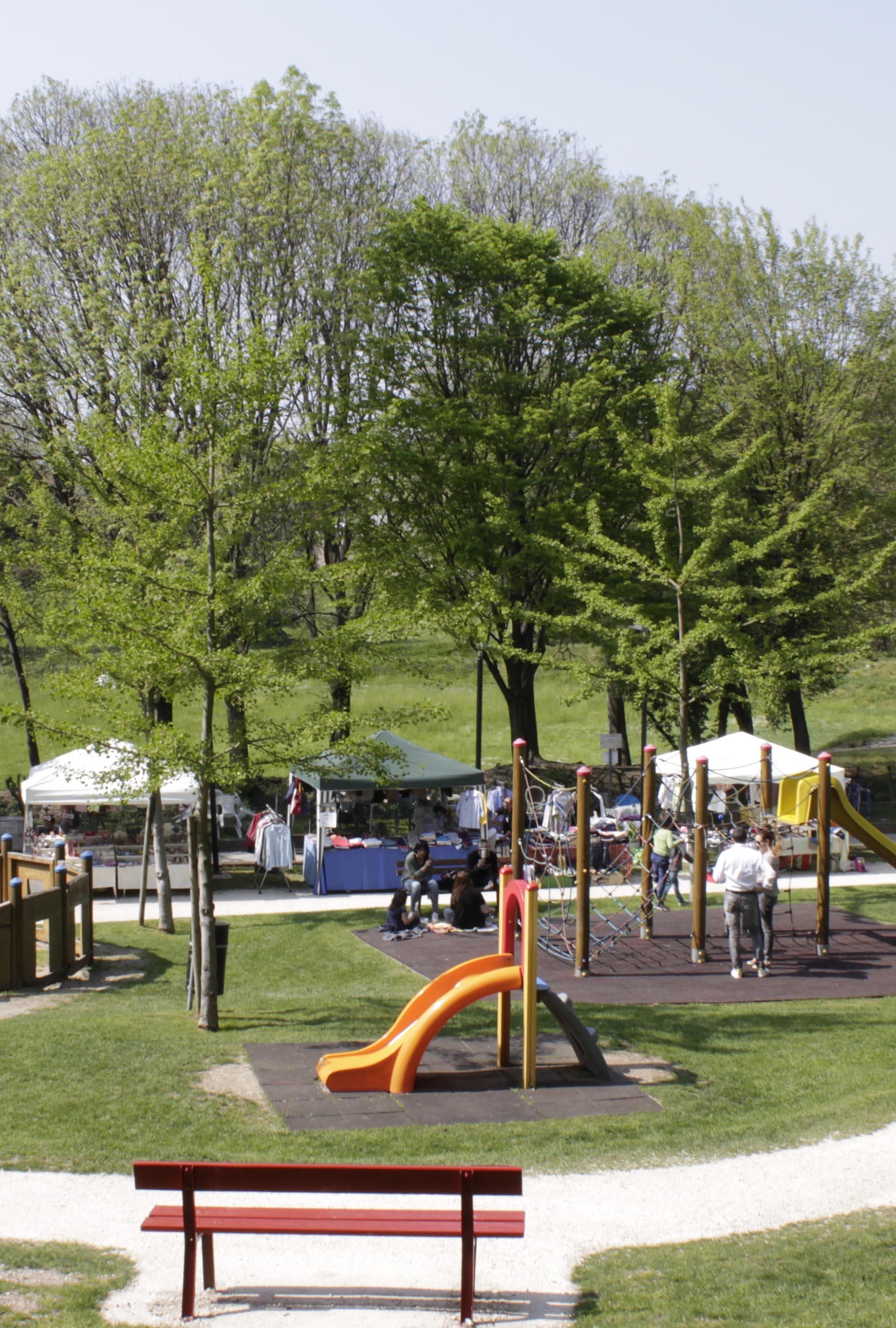 panchina e area giochi del parco pastore