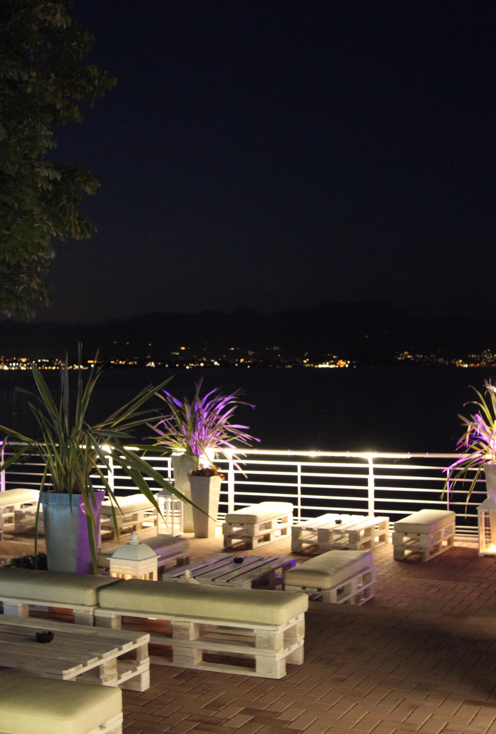 terrazza illuminata di notte spiaggia d'oro