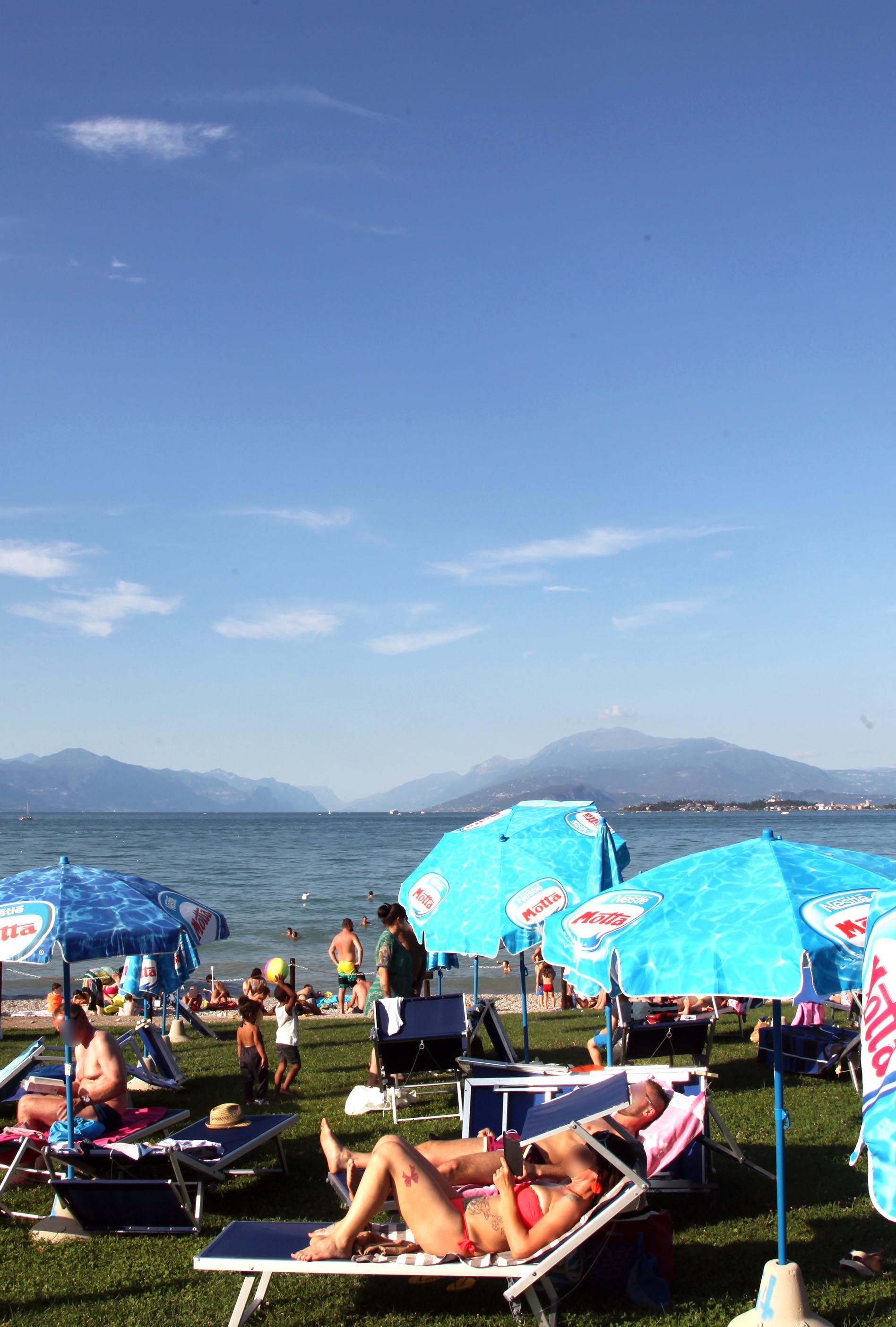 spiaggia attrezzata lago di garda desenzano spiaggia d'oro