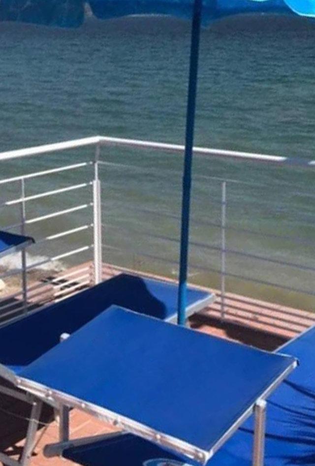 postazioni ombrelloni con lettini in terrazza